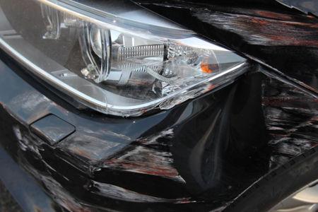 Man sieht ein blaues auto nach einem unfall. Ein Gutachter von unserem Sachverständigenbüro führt gerade die Beweissicherung durch.